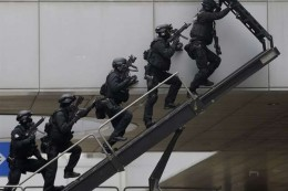 Members of the SWAT, South Korean Special Weapons and Tactics, climb a ladder to enter into a building during an exercise against a possible terrorist attack in Seoul, South Korea, Thursday, Jan. 29, 2015. The Seoul Metropolitan Police Agency said that the exercise is part of preparations efforts to protect the city since threats of terrorism are growing worldwide. (AP Photo/Ahn Young-joon) South Korea Anti Terro Drills